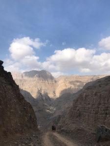 砂漠の国ドバイのロック・ハイキング